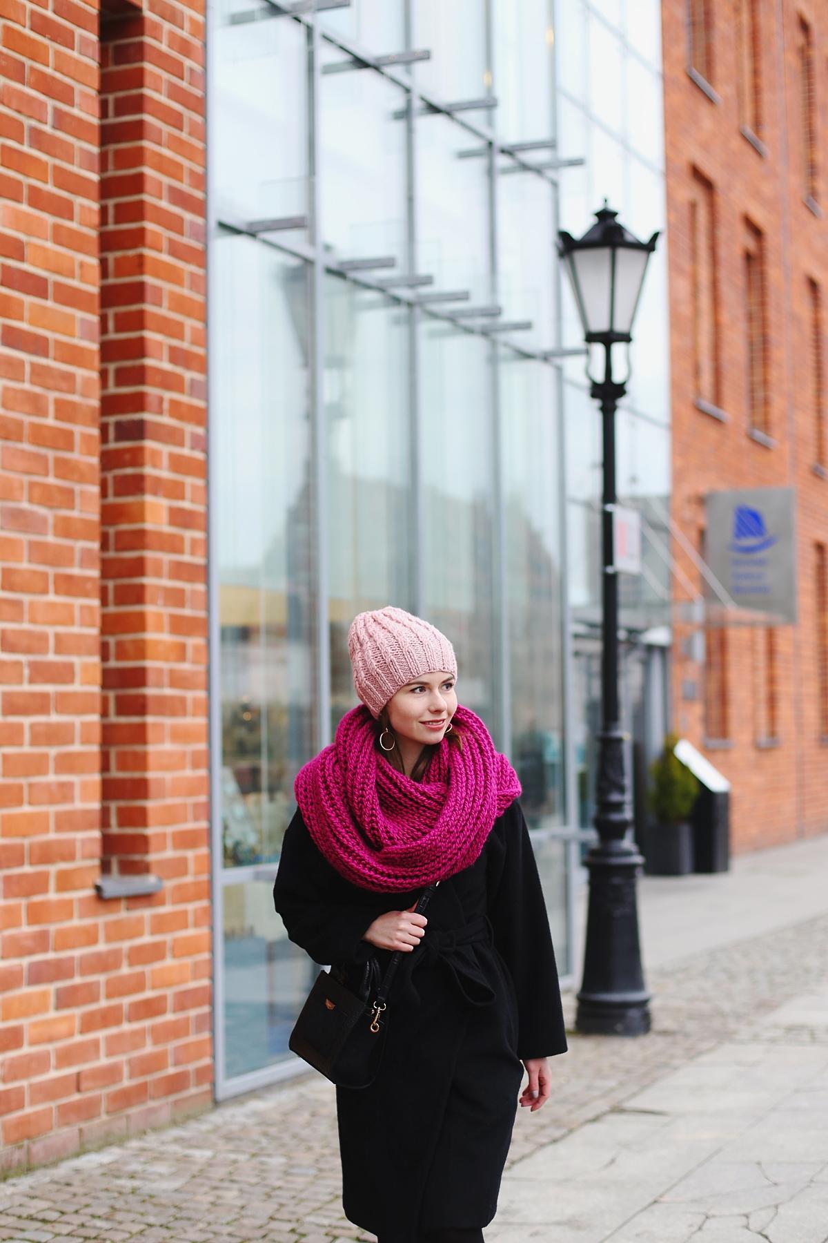 Różowy zimowy akcent: czapka i szal
