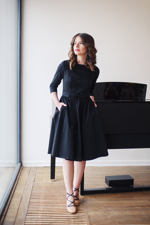Czarna Melia - klasyczna sukienka z rozkloszowanym dołem