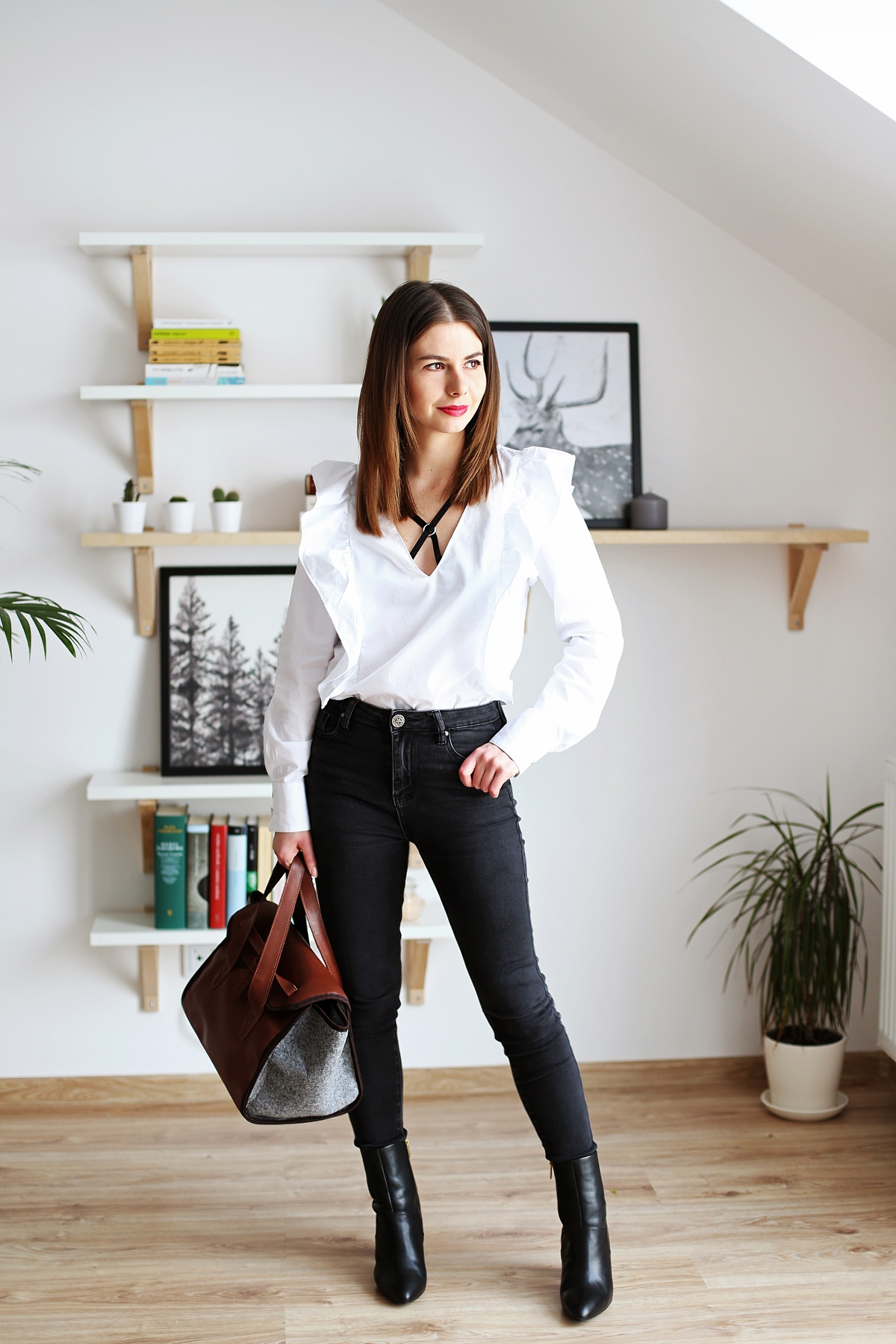 Czarno-biała stylizacja i torba z połączenia filcu oraz skóry