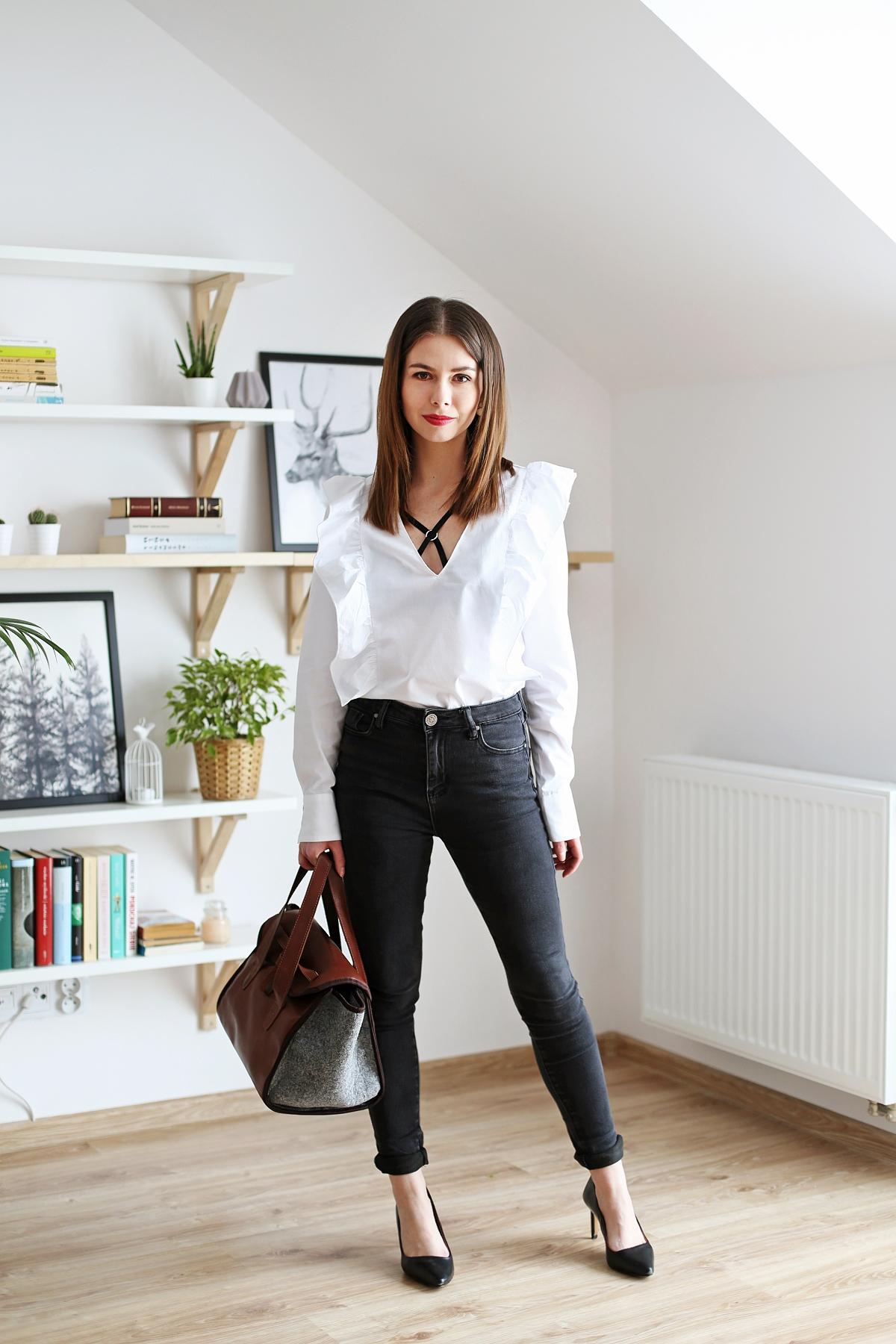 Minimalistyczna stylizacja w czerni i bieli z dodatkiem brązu