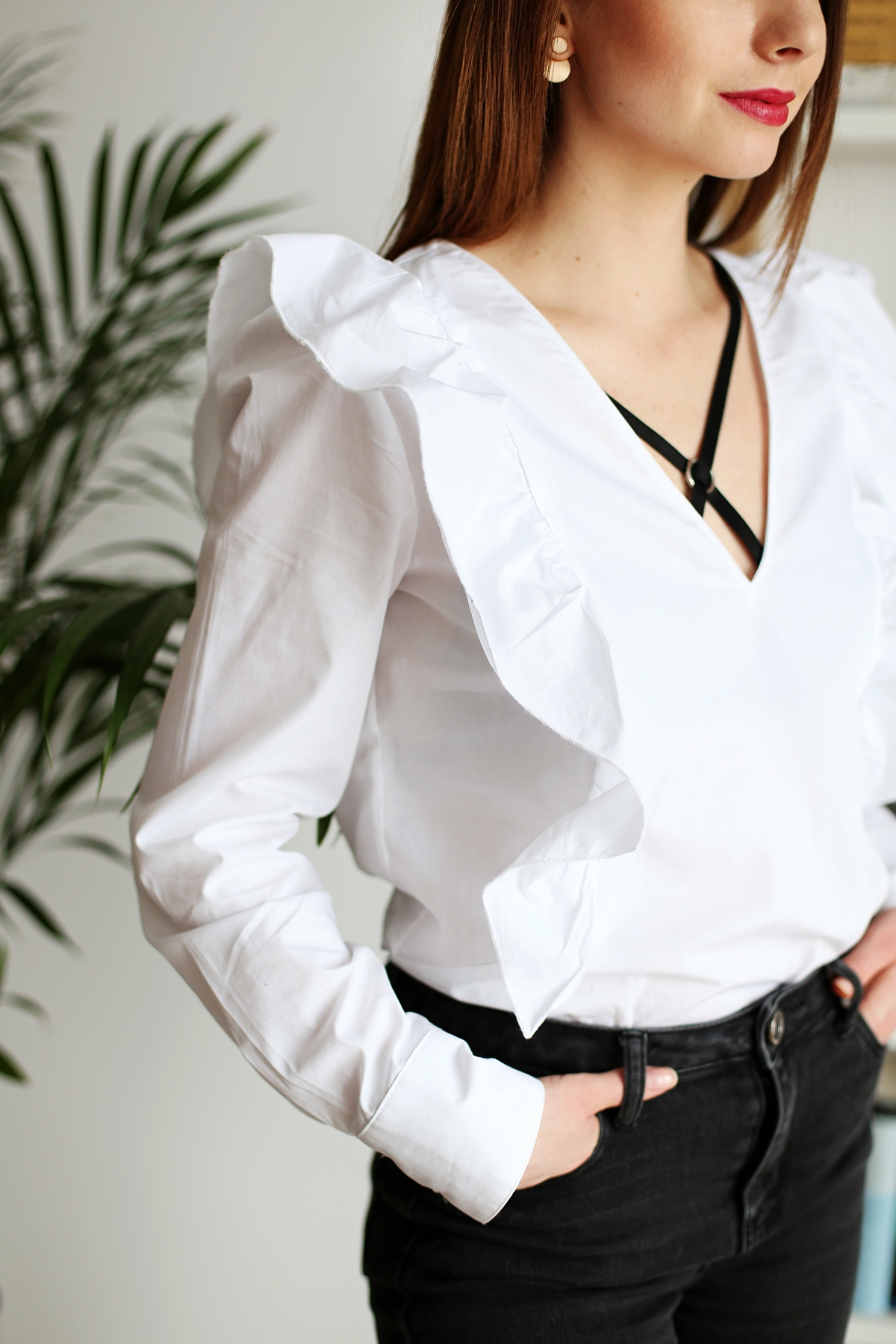 Biustonosz z paskami na dekolcie & koszula z falbanami