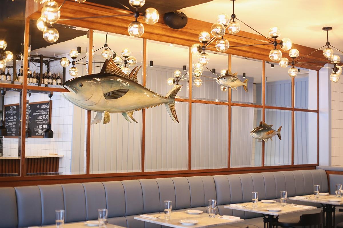 Seafood Station - lustrzana ściana z rybami