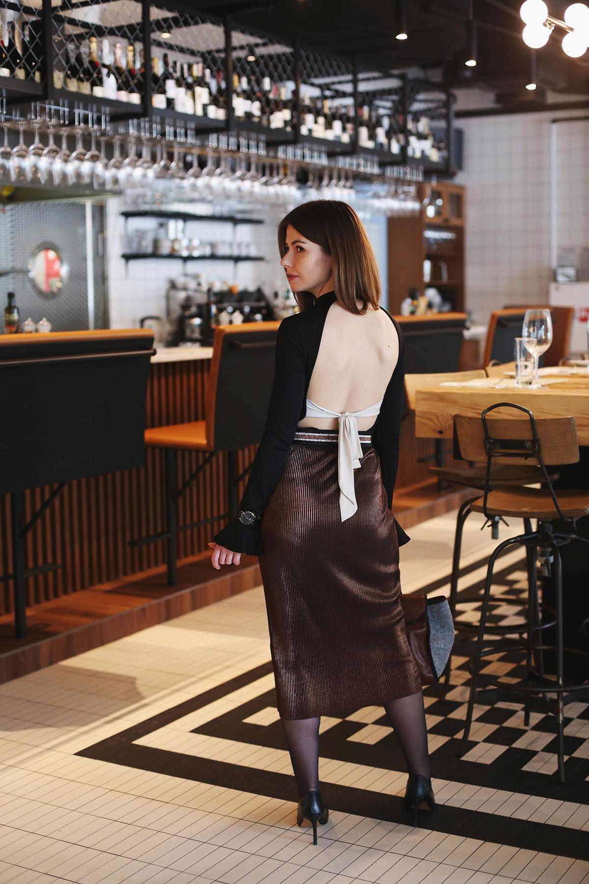 Wiązanie na plecach i błyszcząca kobieca spódnica