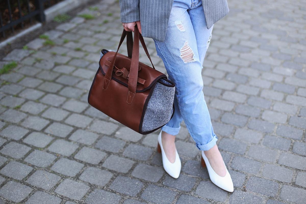 Torebka z filcu i skóry oraz białe buty retro