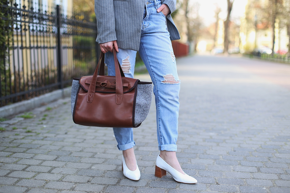 Spodnie boyfriend z dziurami, białe buty i torebka polskiej marki ze skóry i filcu
