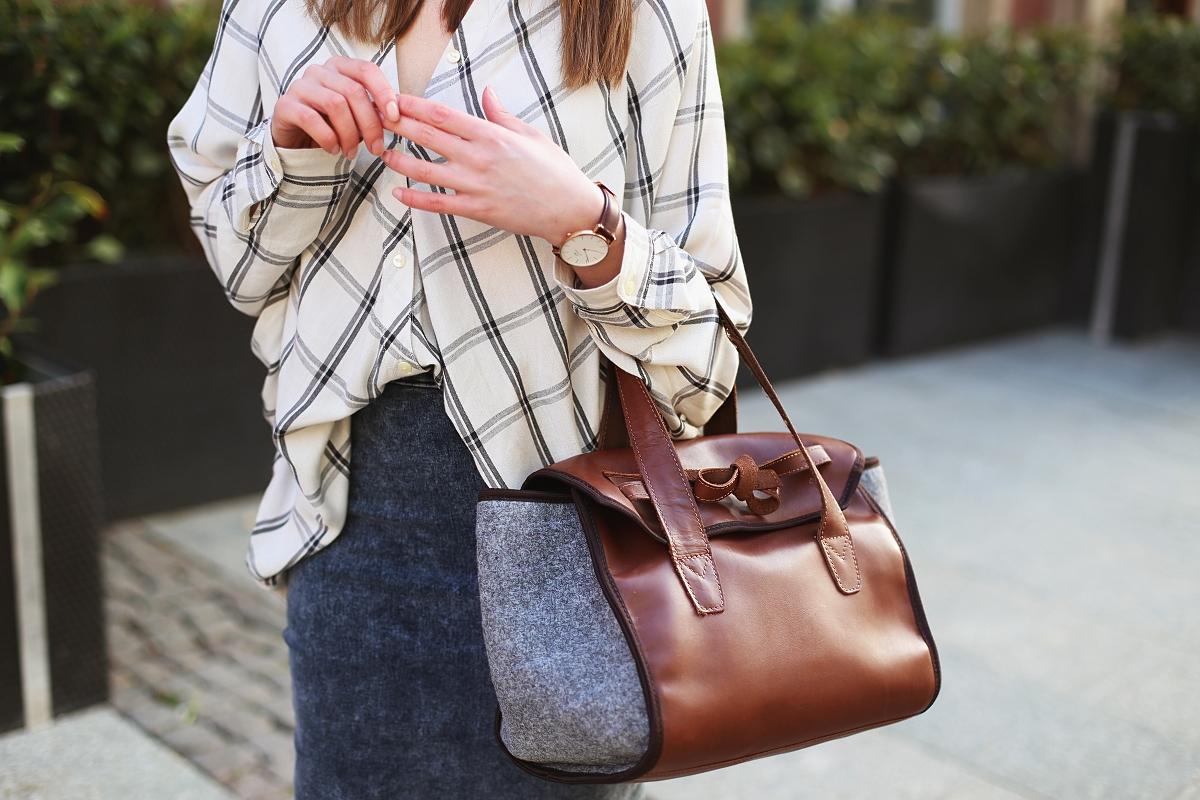 Koszula nietoperz, torba ze skóry i filcu i jeansowa ołówkowa spódnica