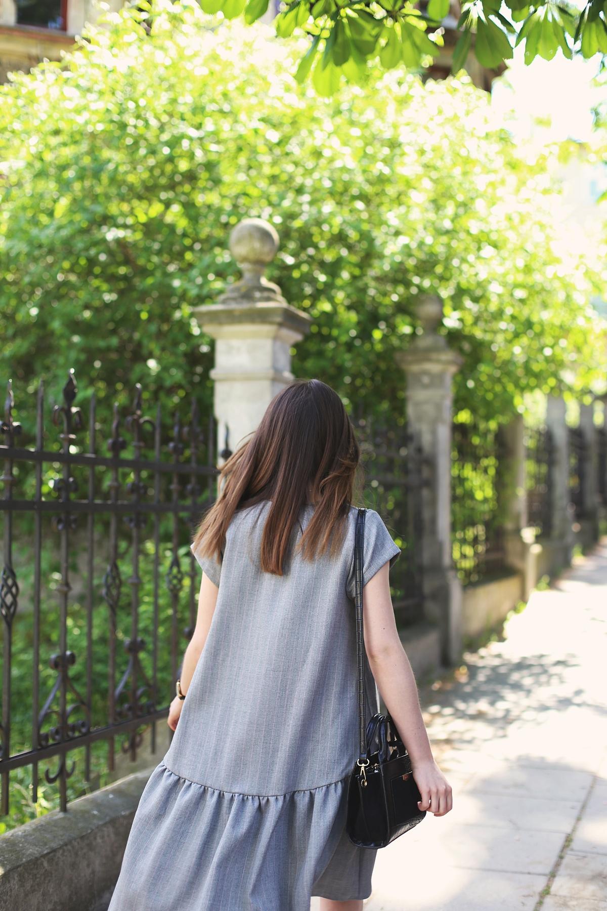 Blog modowy: dziewczęca szara sukienka z asymetrycznym dołem