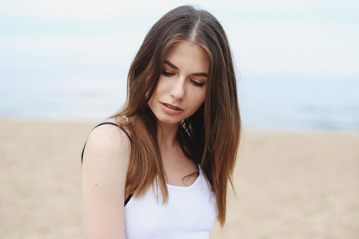 Minimalizm - biała sukienka maxi