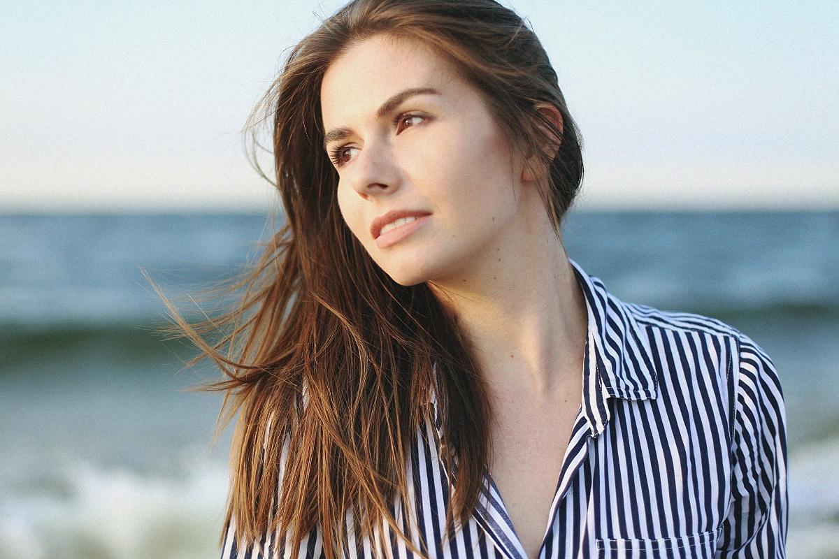koszula w paski - sesja modowa nad morzem