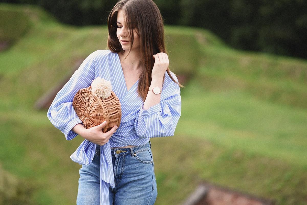 Zakładana koszula wiązana w pasie, mom jeans i okrągły koszyk DIY