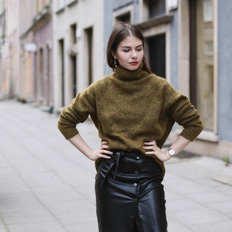 Moherowy sweter, skórzana spódnica