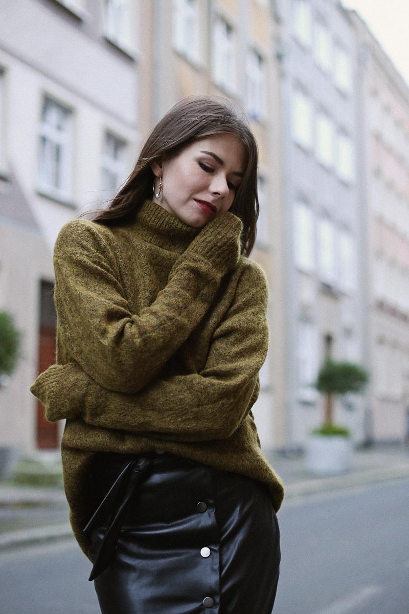 Moherowy sweter, skórzana spódnica i kozaki za kolano
