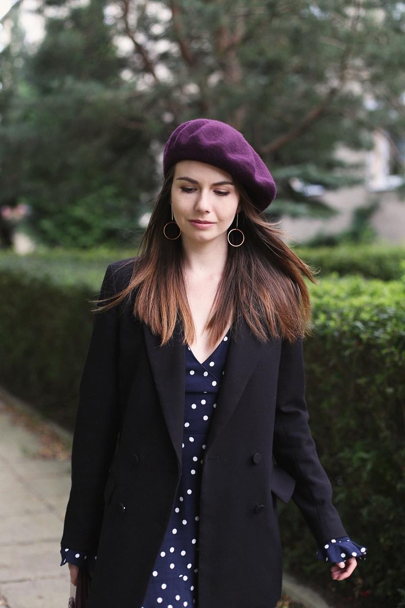Jesienna stylizacja z beretem i kombinezonem w grochy
