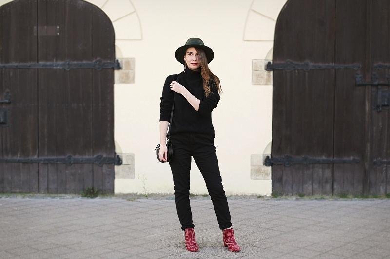 Jesienna stylizacja z czerwonymi, rockowymi botkami