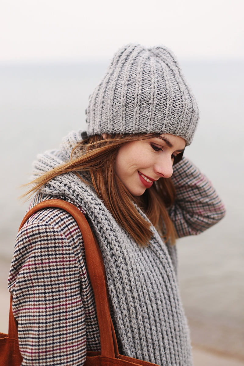 dwurzędowy płaszcz w kratę - zimowa sesja nad morzem