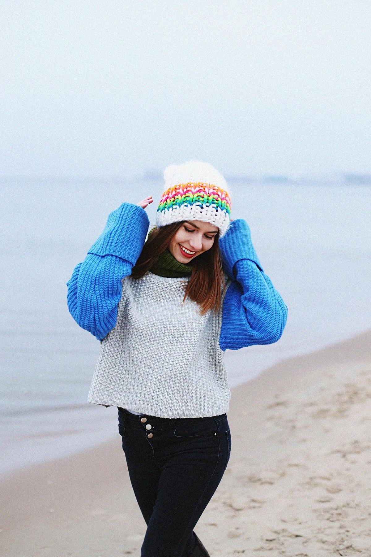 Kolorowy outfit zimowy: szeroki sweter z golfem & biała czapka o dużym splocie