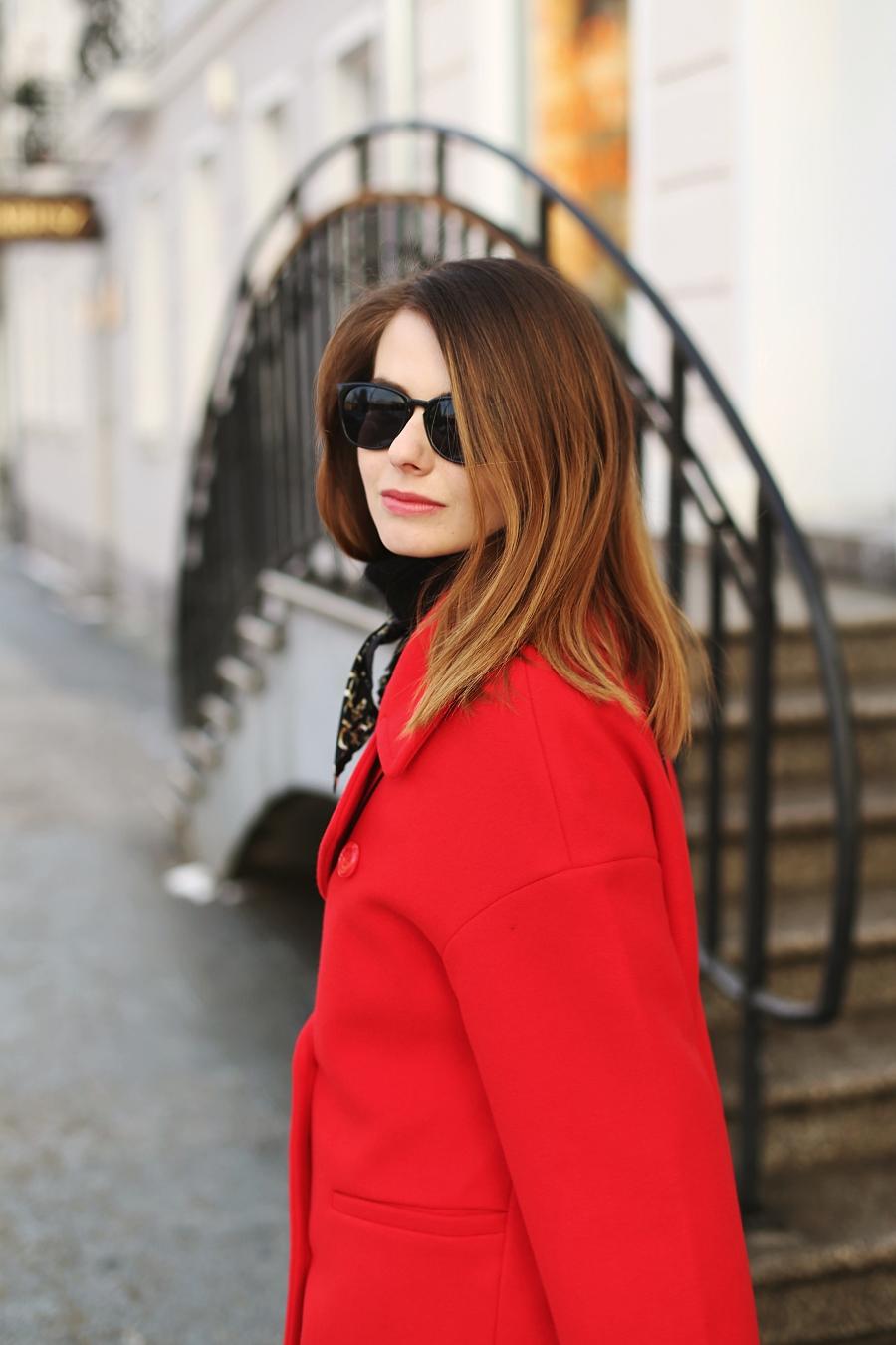 czerwony płaszcz