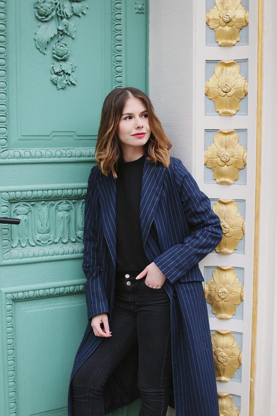 bluza - haftowane róże, płaszcz w pionowe paski