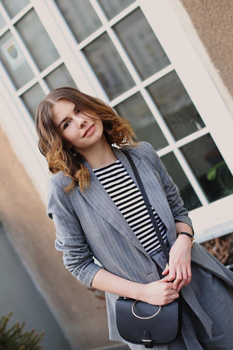 damski garnitur: pasiasta marynarka i szerokie spodnie H&M