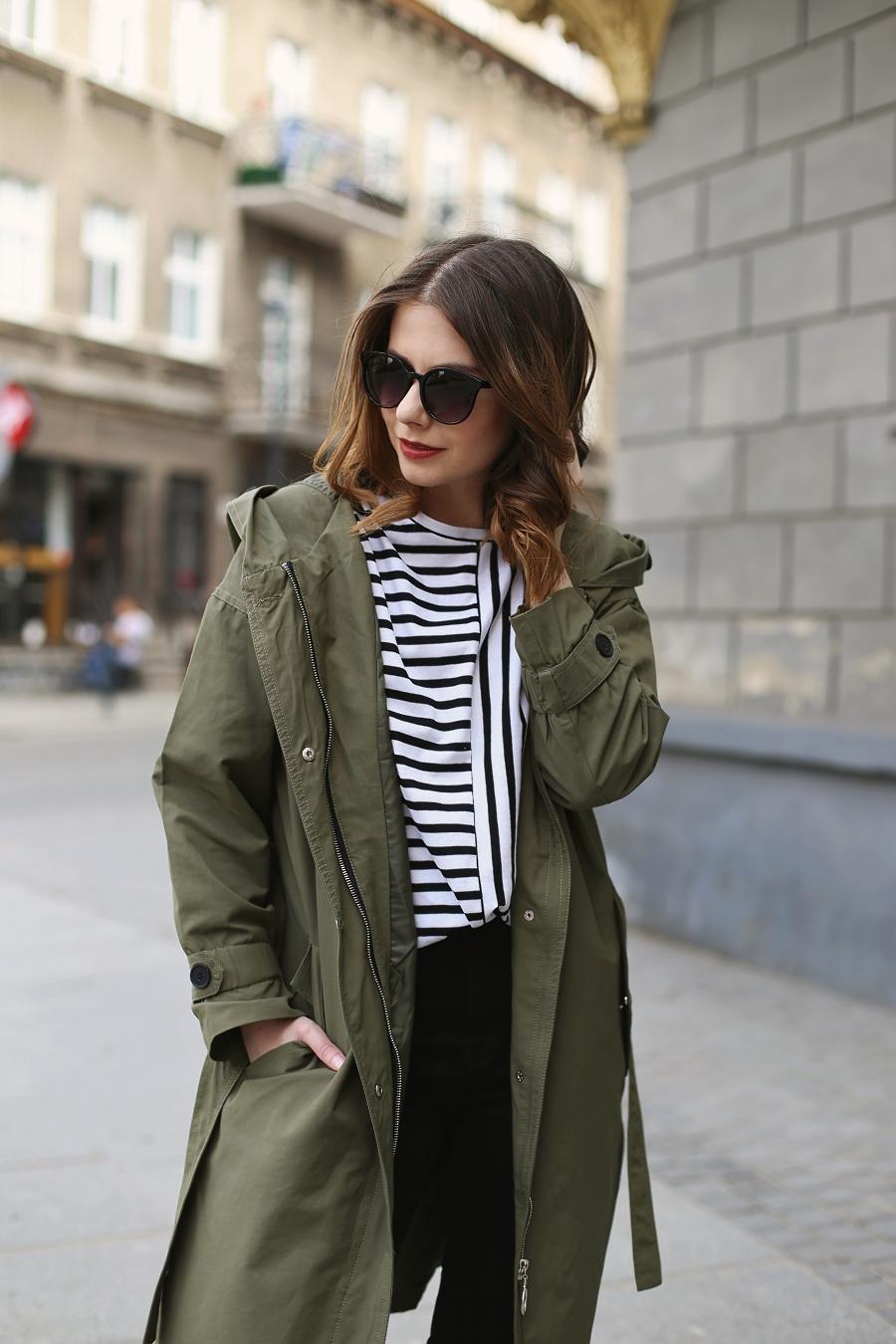 Stylizacja na majówkę - Parka, pasiak, jeansy z wysokim stanem, okulary przeciwsłoneczne - Moodo