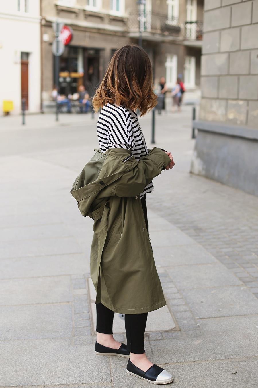 Stylizacja na majówkę - Parka, pasiak, jeansy z wysokim stanem, espadryle typu slip on - Moodo