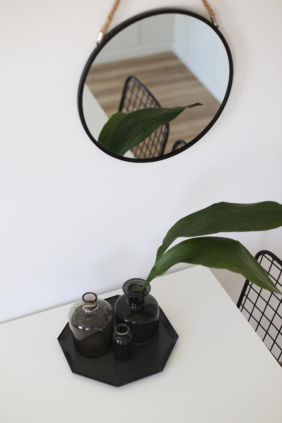 Jadalnia akcesoria: lustro na sznurku, wazony, liście