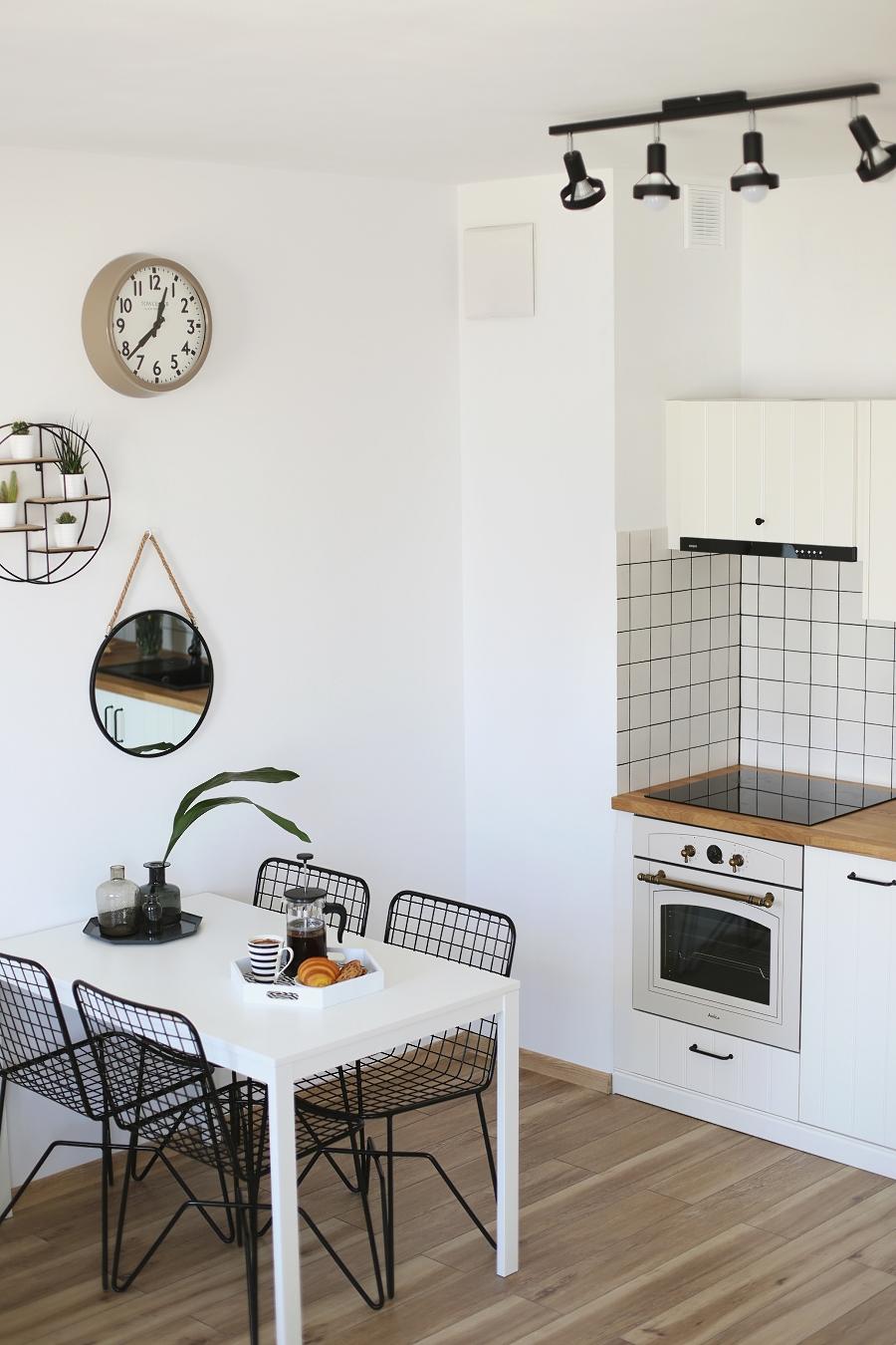 Kuchnia i jadalnia - metalowe krzesła, kuhnia ikea, retro piekarnik, wyposażenie