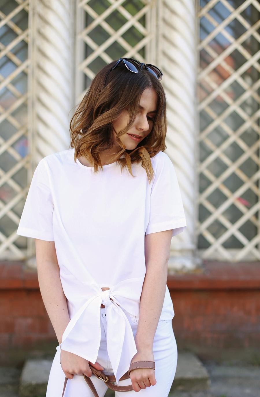 Biel od stóp do głów: białe spodnie, T-shirt z wiązaniem