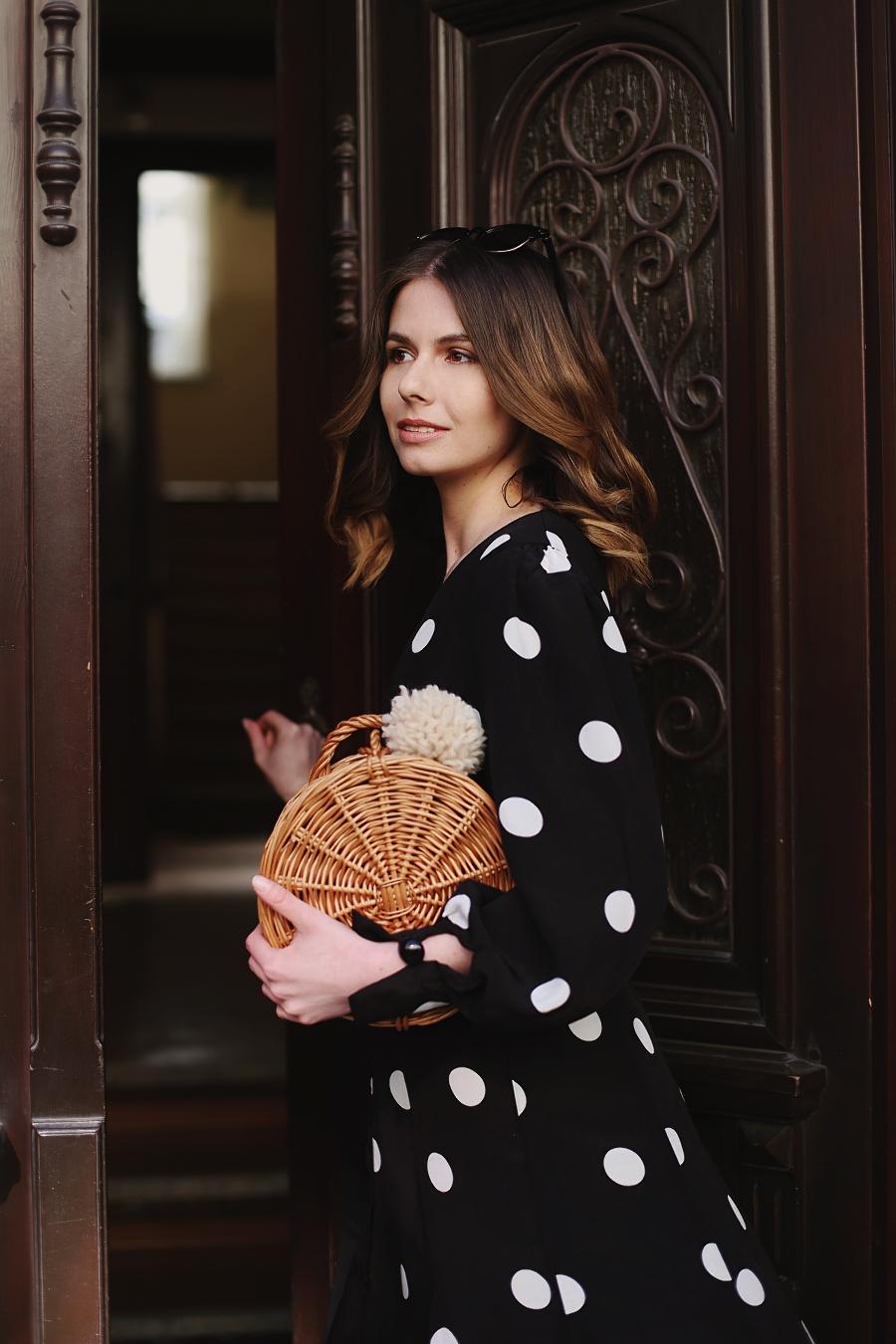 Sukienka w grochy i wiklinowy koszyk - sesja retro