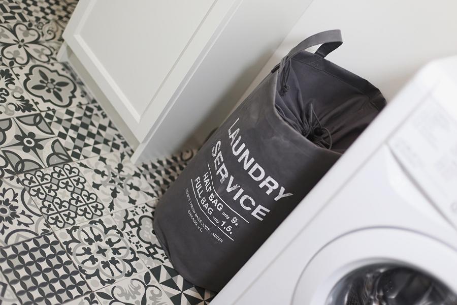 Mała łazienka - worek na pranie
