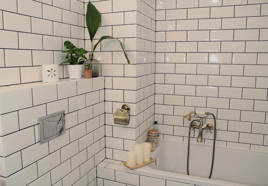 Mała łazienka – prostokątne płytki, czarna fuga