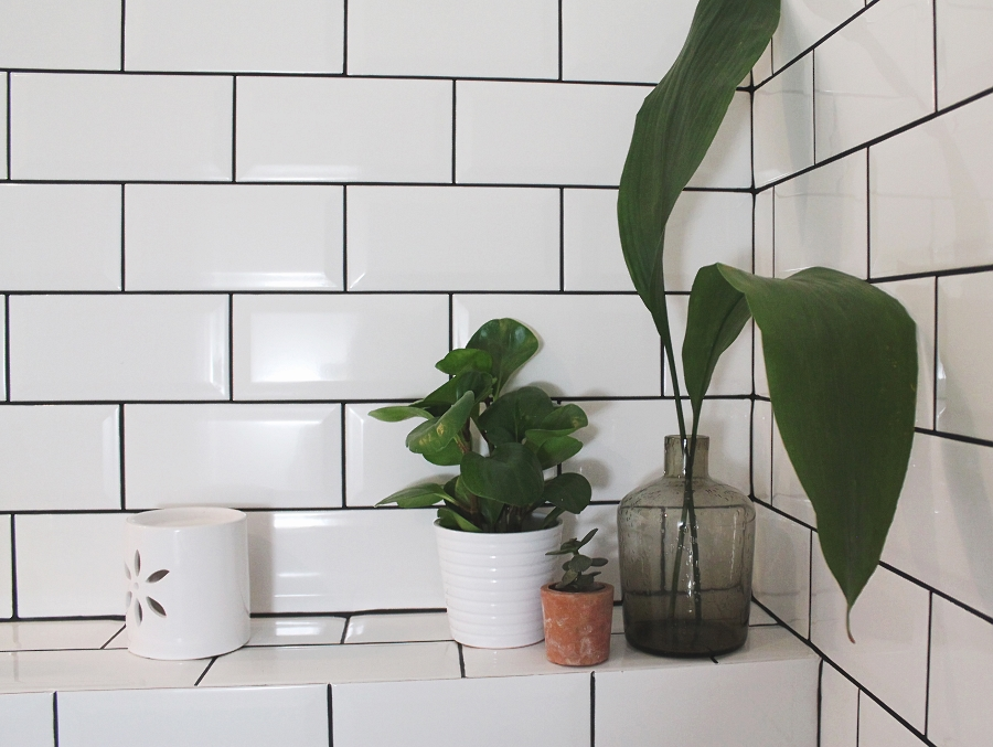 Mała łazienka - kwiaty w łazience