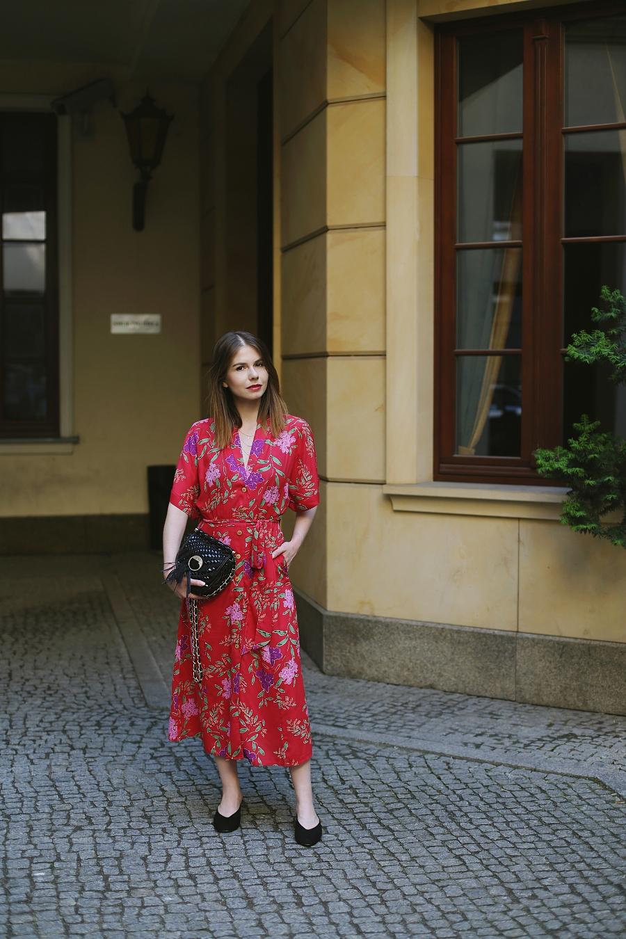 ANSWEAR.com total look - czerwona kwiecista sukienka 7/8, klapki mule, pleciona torebka Just Cavalli