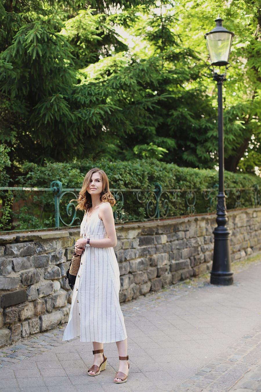 biała sukienka wiązana na biuście, pleciona torebka, espadryle