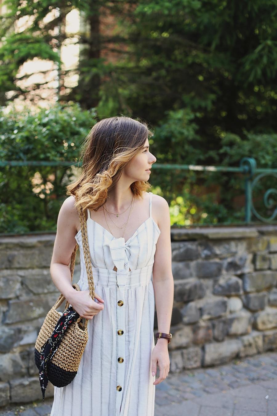 biała sukienka wiązana na biuście, pleciona torebka