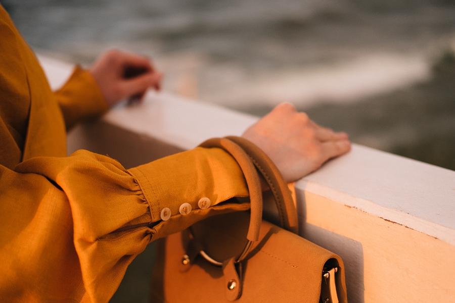 detal - miodowa bluzka, guziki