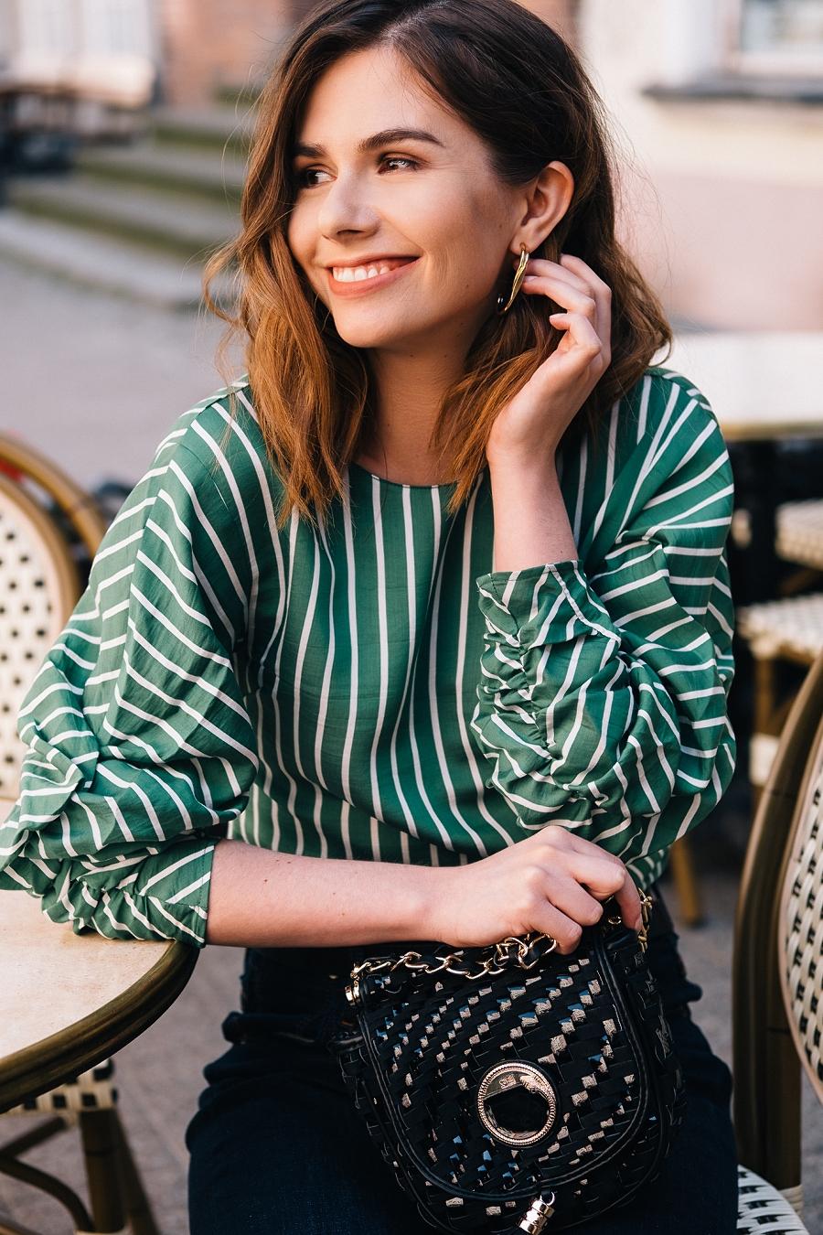 Style Guide Answear.com - klasyczne jeansy wysoki stan, pleciona torebka i zielona bluzka w pionowe paski