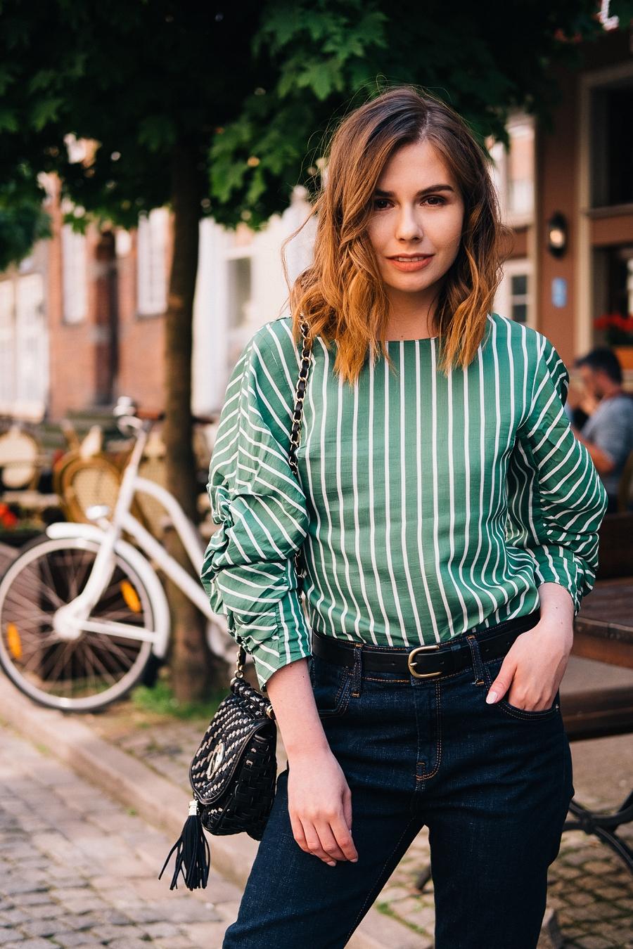 Answear.com , klasyczne jeansy z ciemnego denimu, elegancka stylizacja na wieczór