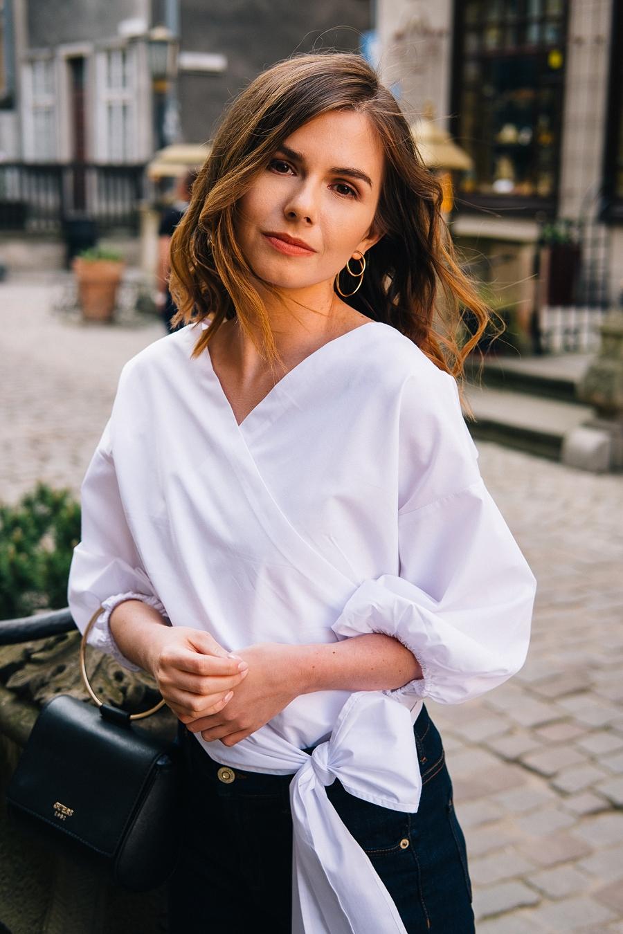 Style Guide Answear.com - klasyczne jeansy, torebka na metalowej obręczy i biała koszula