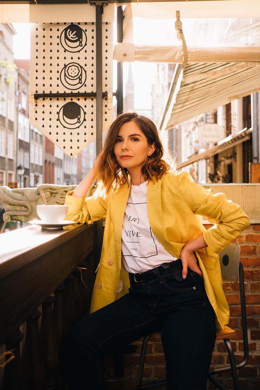 Style Guide Answear.com - klasyczne jeansy wysoki stan, biały t-shirt, cytrynowa marynarka oversize