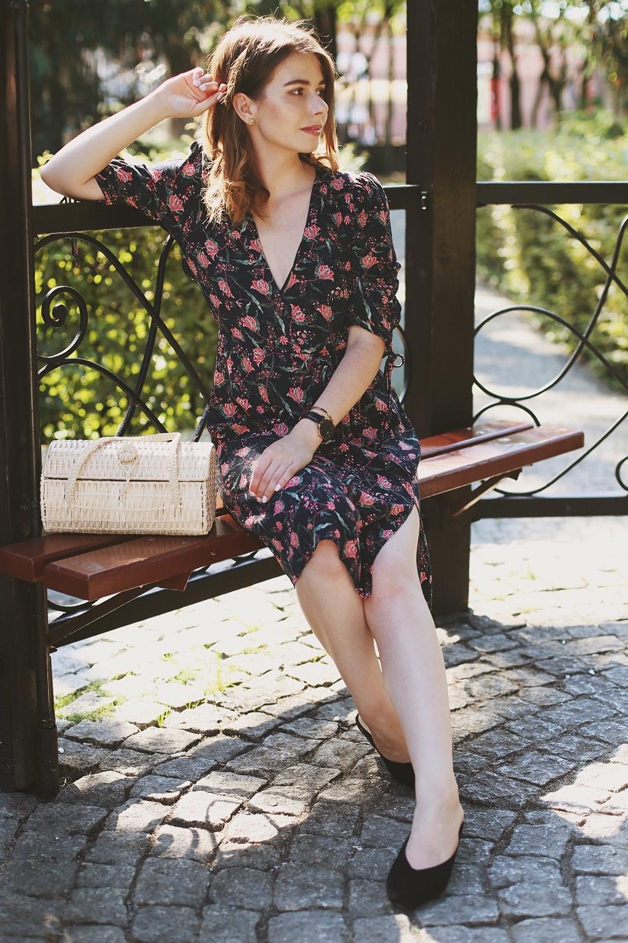 retro - sukienka w kwiaty, wiklinowy koszyk