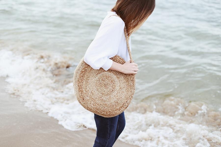 Koszula second hand, mom jeans, pleciona okrągła torba - sesja na plaży