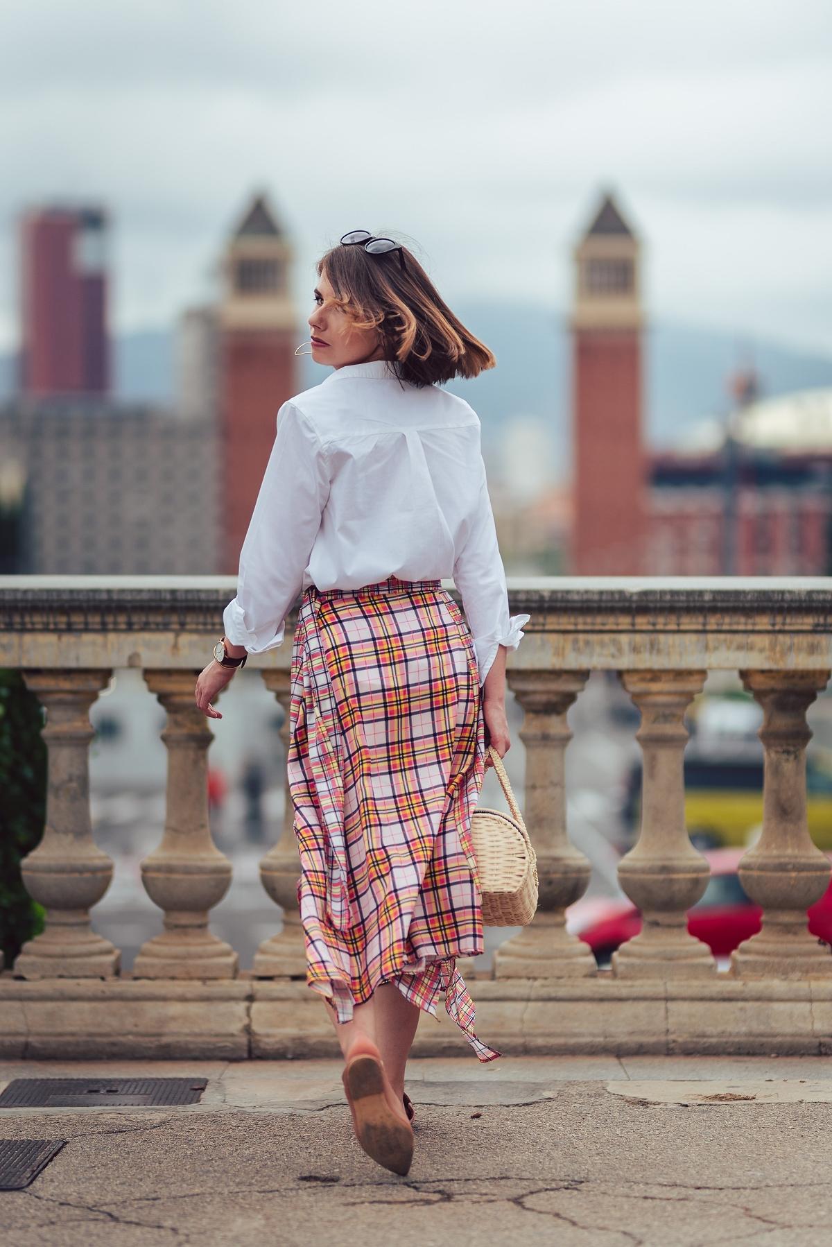 biala_koszula_z_poduszkami_i_spódnica_w_krate_sesja_modowa_w_barcelonie