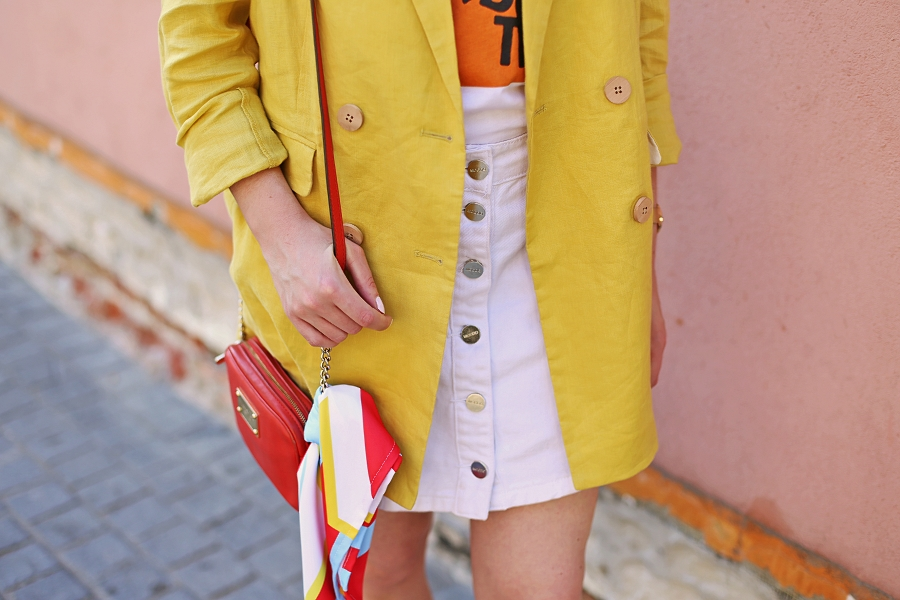 letnia stylizacja - lniana marynarka, t-shirt z nadrukiem, biała spódnica, torebka Michael Kors
