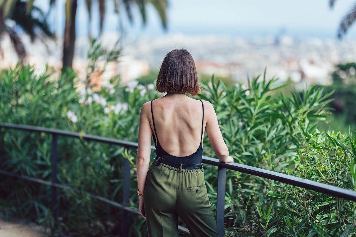 Park Güell Barcelona sesja modowa dekolt na plecach