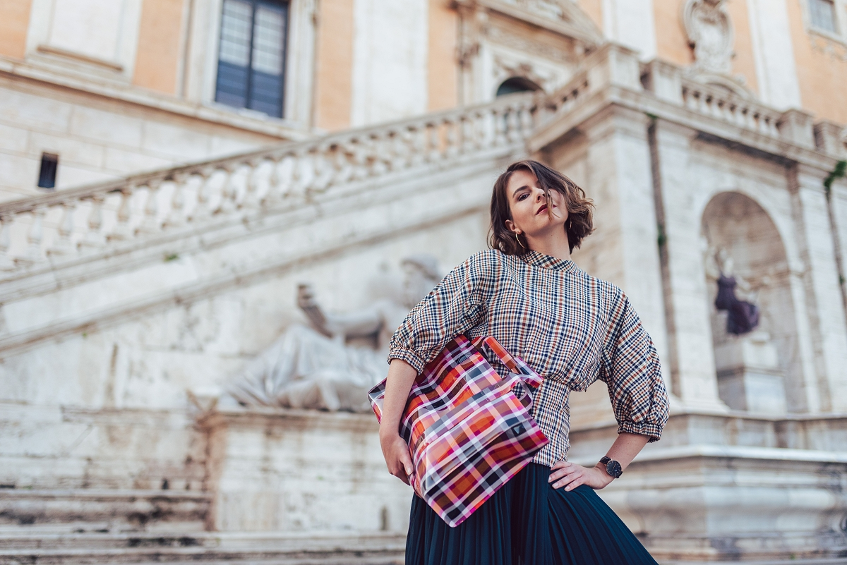 Rzym: jesienna krata, winylowa torebka & plisowane culotty
