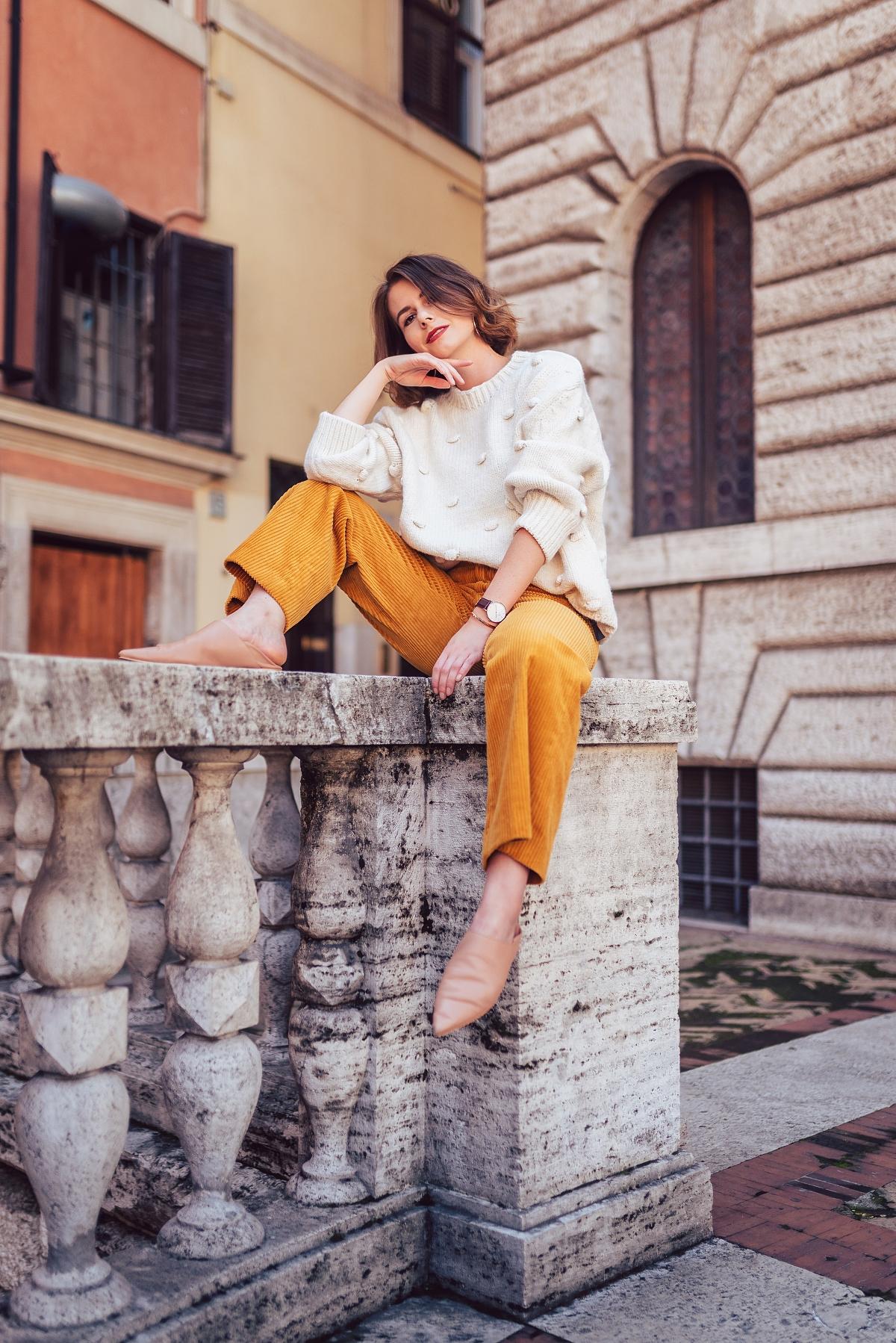 sztruksowe spodnie i beżowy sweter sesja modowa Rzym