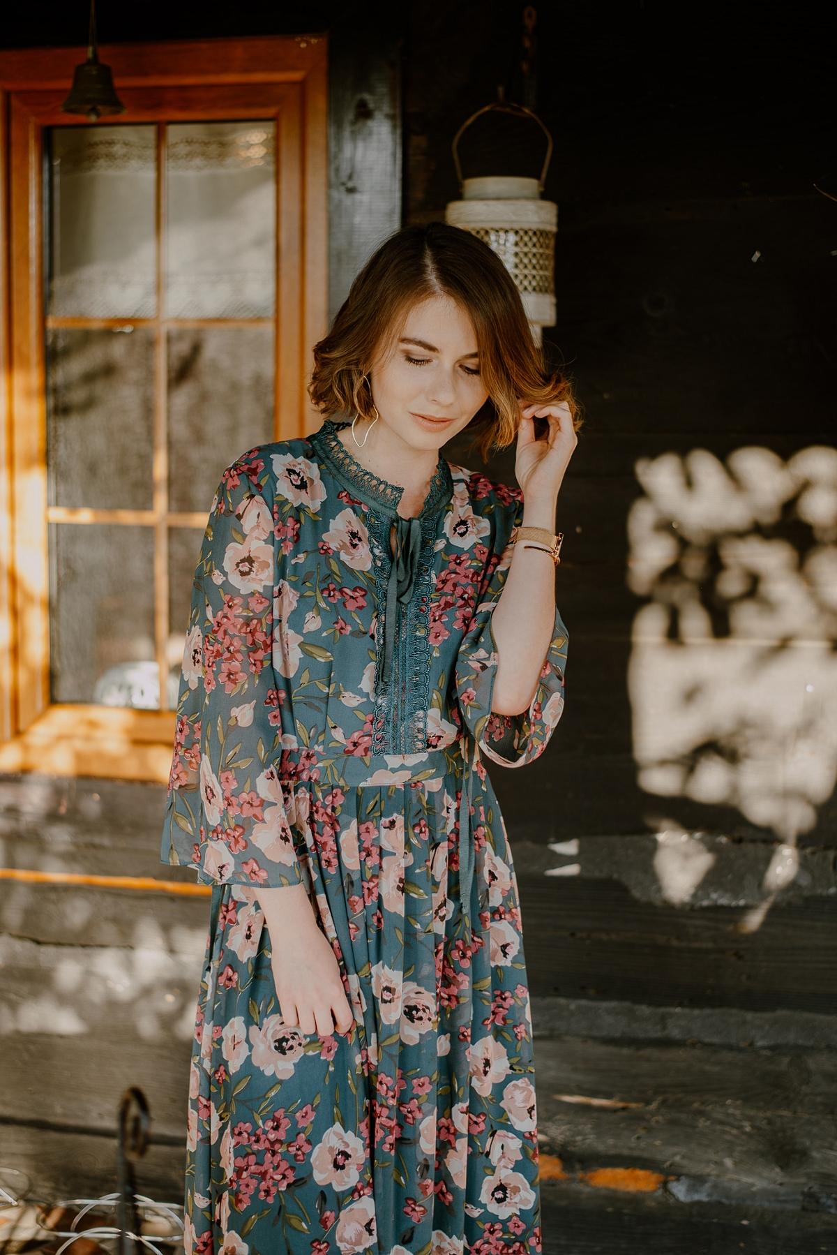 zwiewna sukienka w kwiaty jak nosić jesienią sesja wróblewo