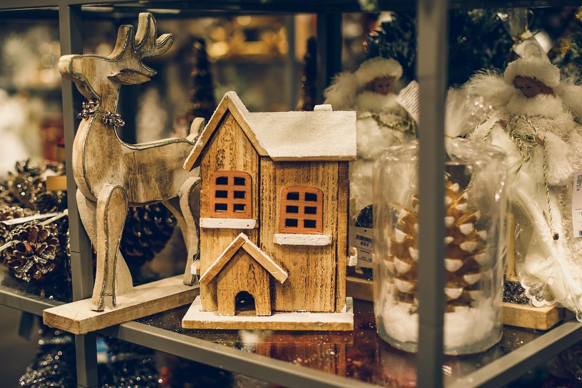 świąteczne prezenty dla każdego TK Maxx renifer drewniany domek