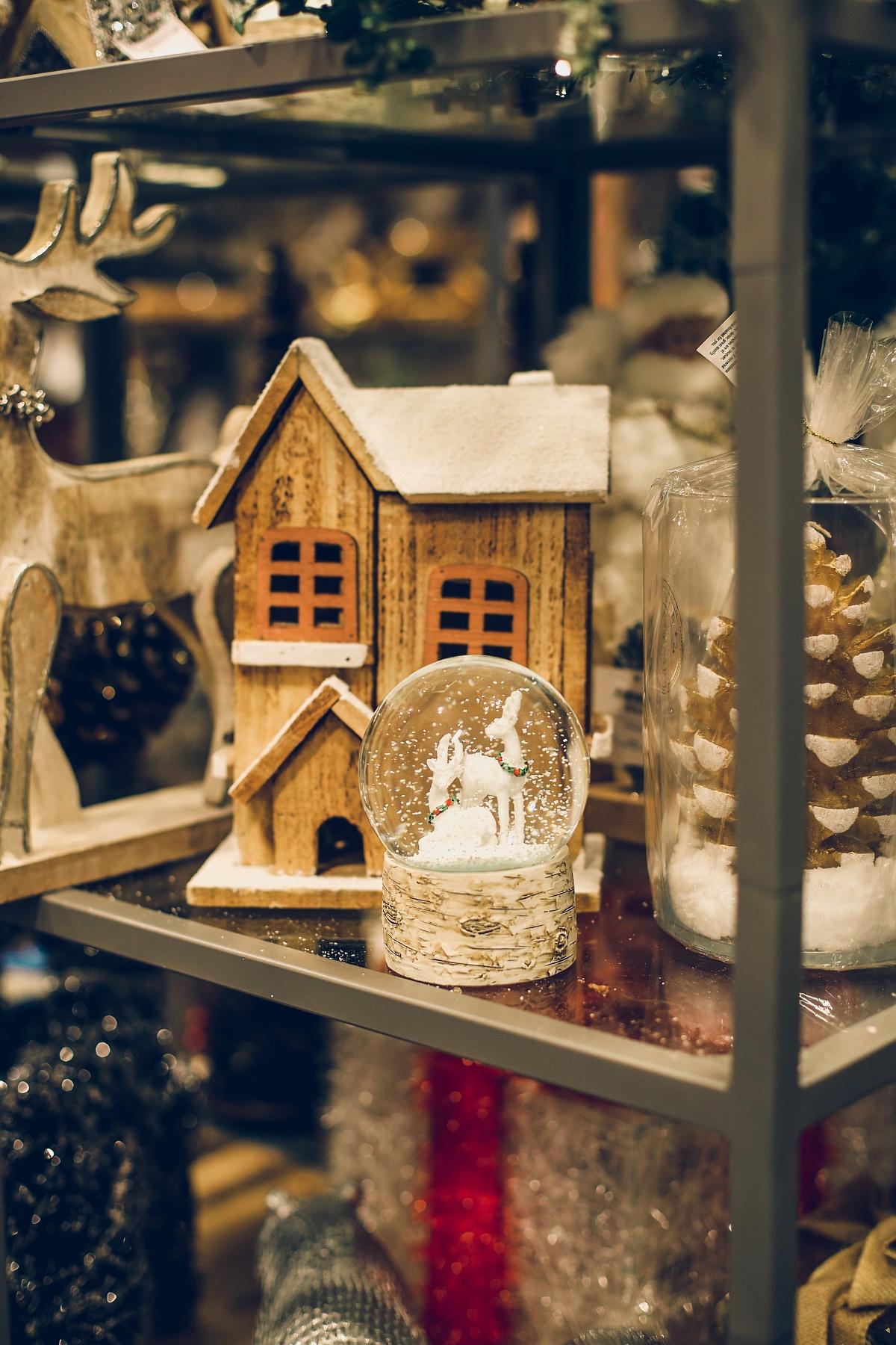 świąteczne prezenty dla każdego TK Maxx kula sztuczny śnieg drewniany domek